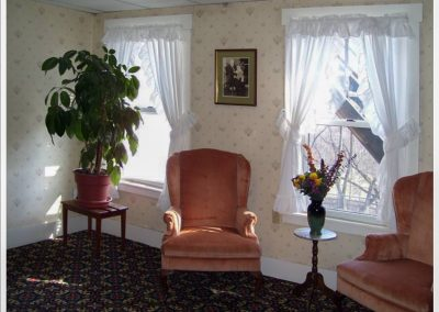 littleton-nh-hotel-bed-breakfast-white-mountains-Sitting-Room-windows