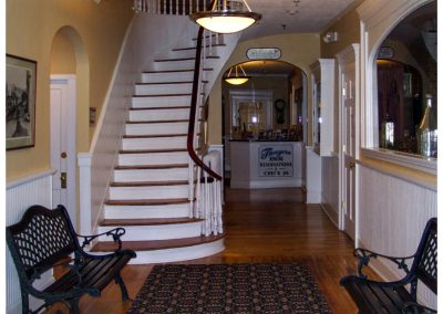 littleton-nh-hotel-bed-breakfast-white-mountains-Thayers-Inn-Lobby